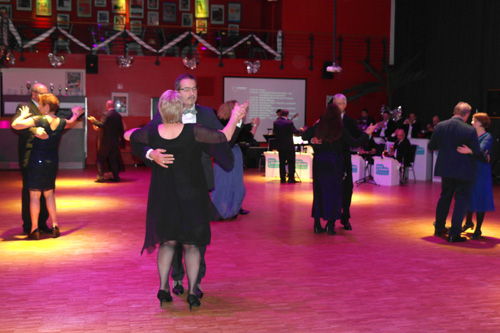 Bild 2: Voller Tanzeinsatz: Die Vorsitzenden der nordöstlichen Unternehmerverbände nehmen Aufstellung zur ersten Tanzrunde.